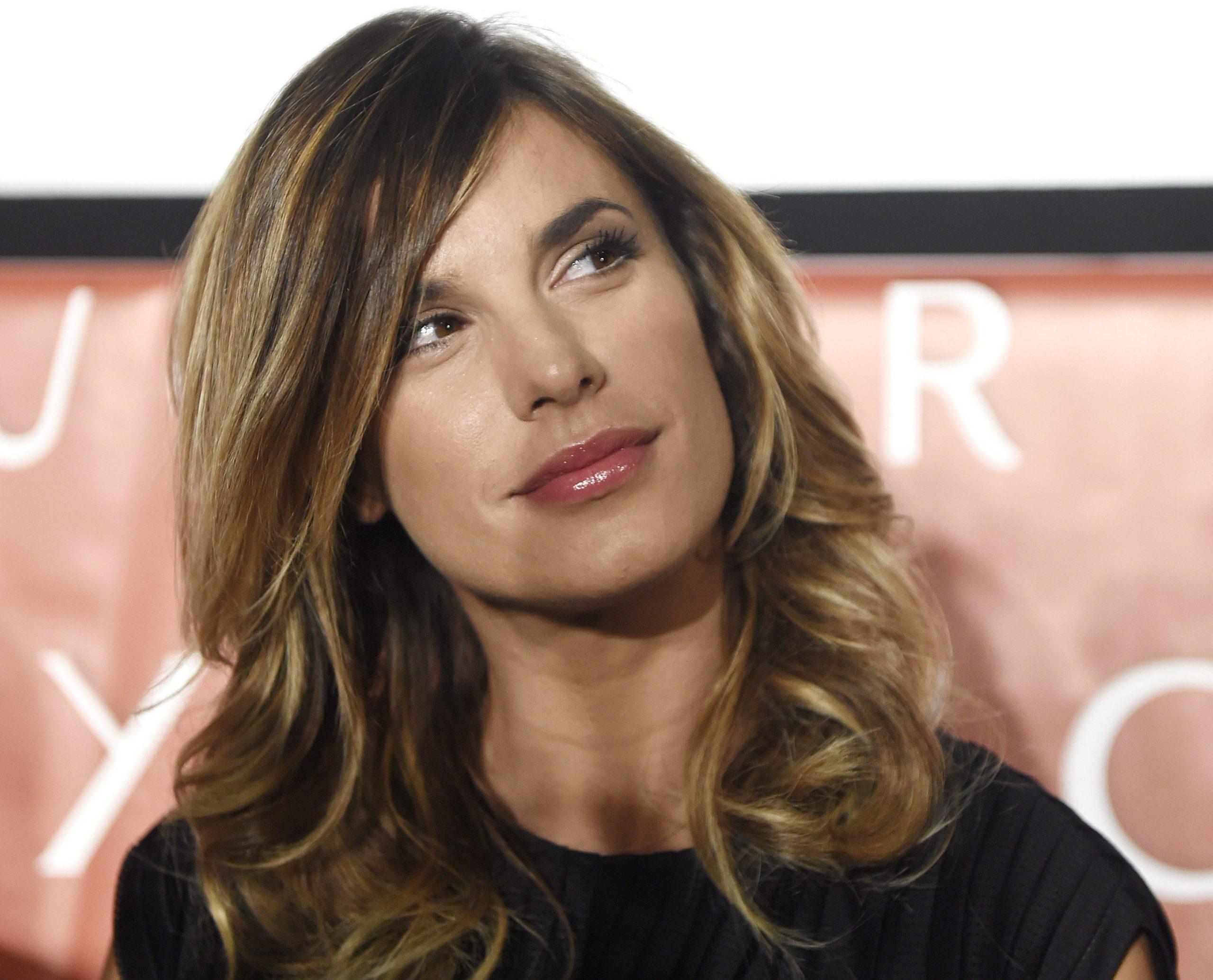Elisabetta Canalis in quarantena con la camicia sbottonata: la foto