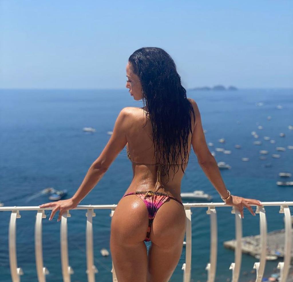 foto raffaella fico fisico costume bikini lato