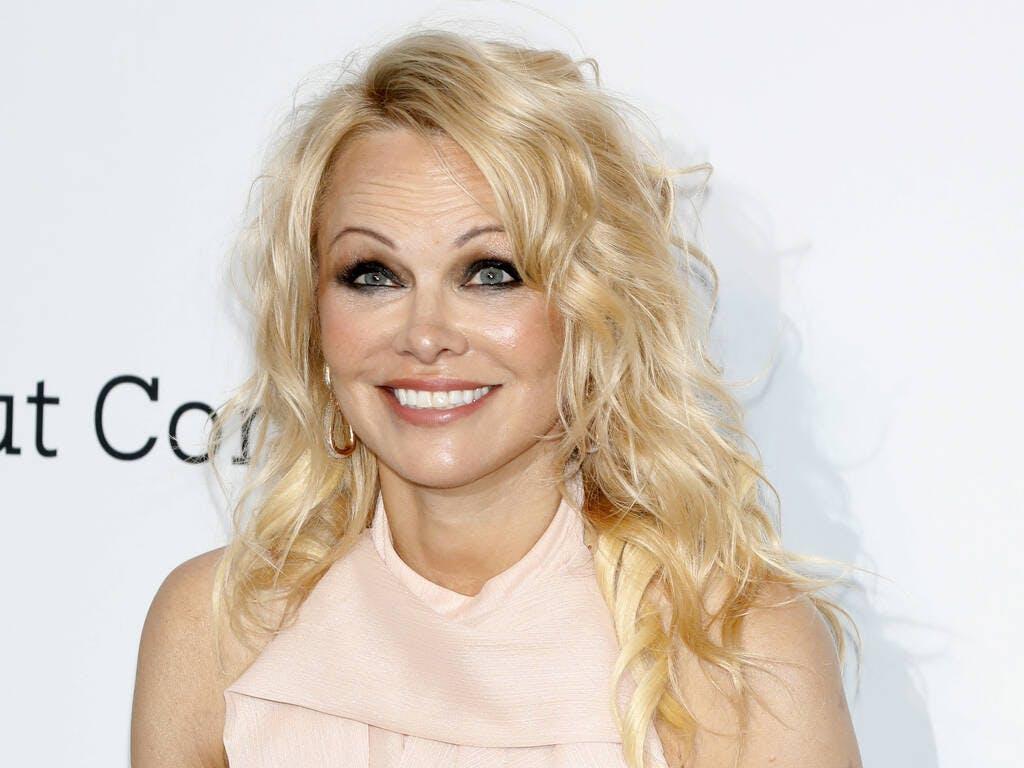 Pamela Anderson, com'è oggi la mitica bagnina a 53 anni. Eccola con e senza: una doppia sorpresa