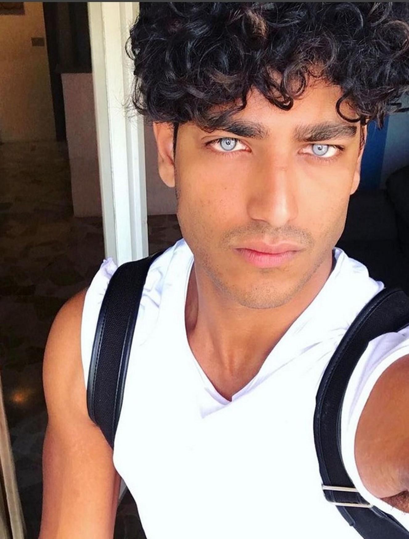 akash kumar occhi vero colore ritoccati