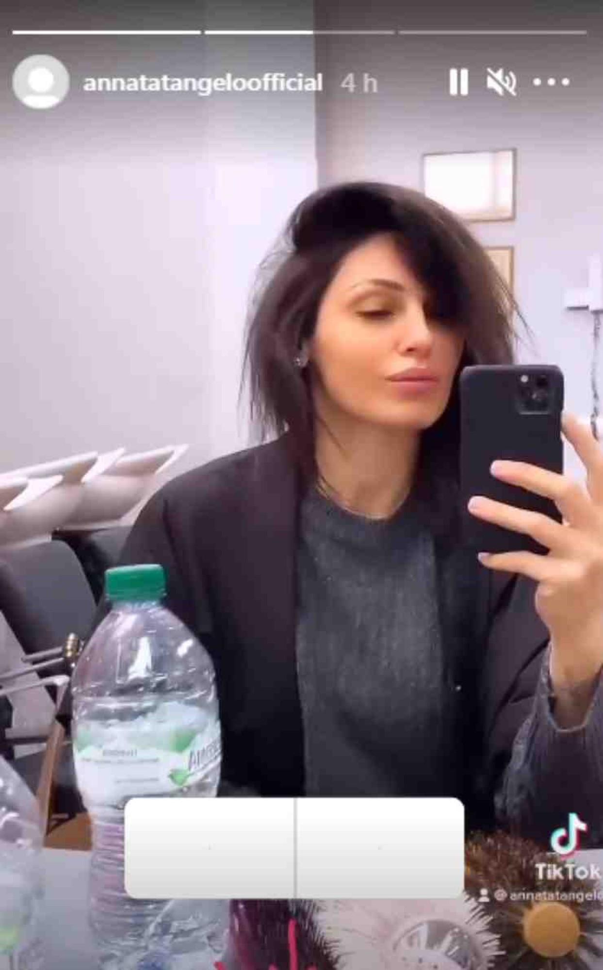 anna tatangelo look capelli colore nero biondo