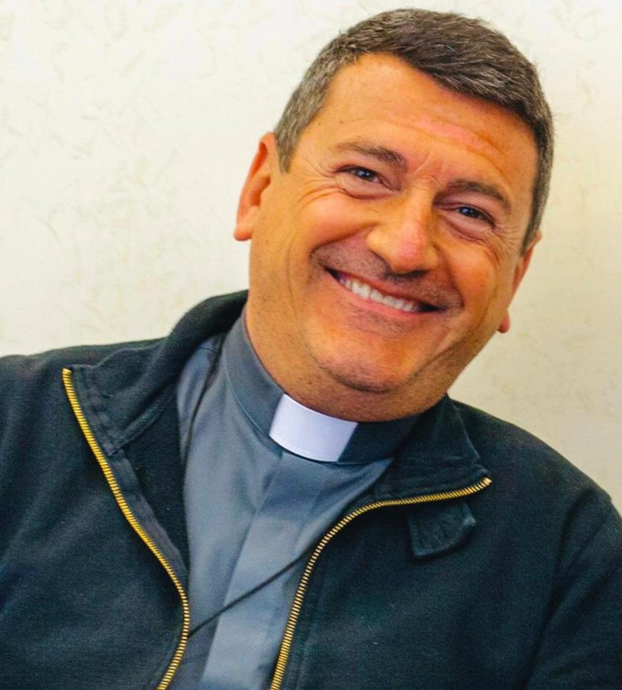 Il famoso conduttore Rai si è fatto prete. La nuova (e felice) vita dopo anni di tv